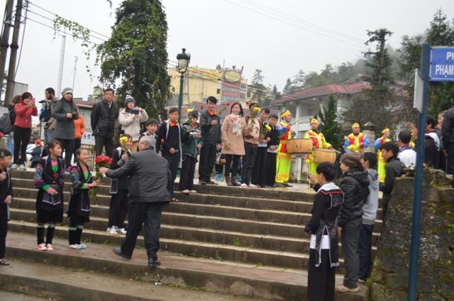 Ngay từ sáng sớm, cộng đoàn giáo xứ đã tề tựu trước nhà thờ để chào đón Đức Cha