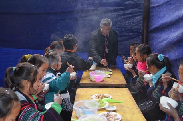 Sau thánh lễ là bữa ăn đơn sơ cho các em trước khi trở về bản làng